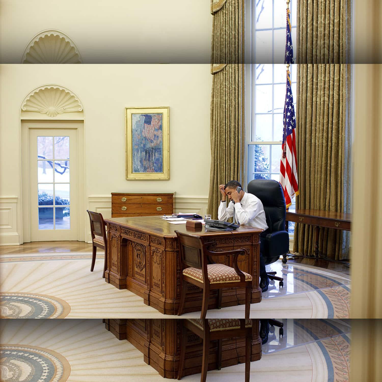Barak Obama lavora alla sua scrivania nello Studio Ovale