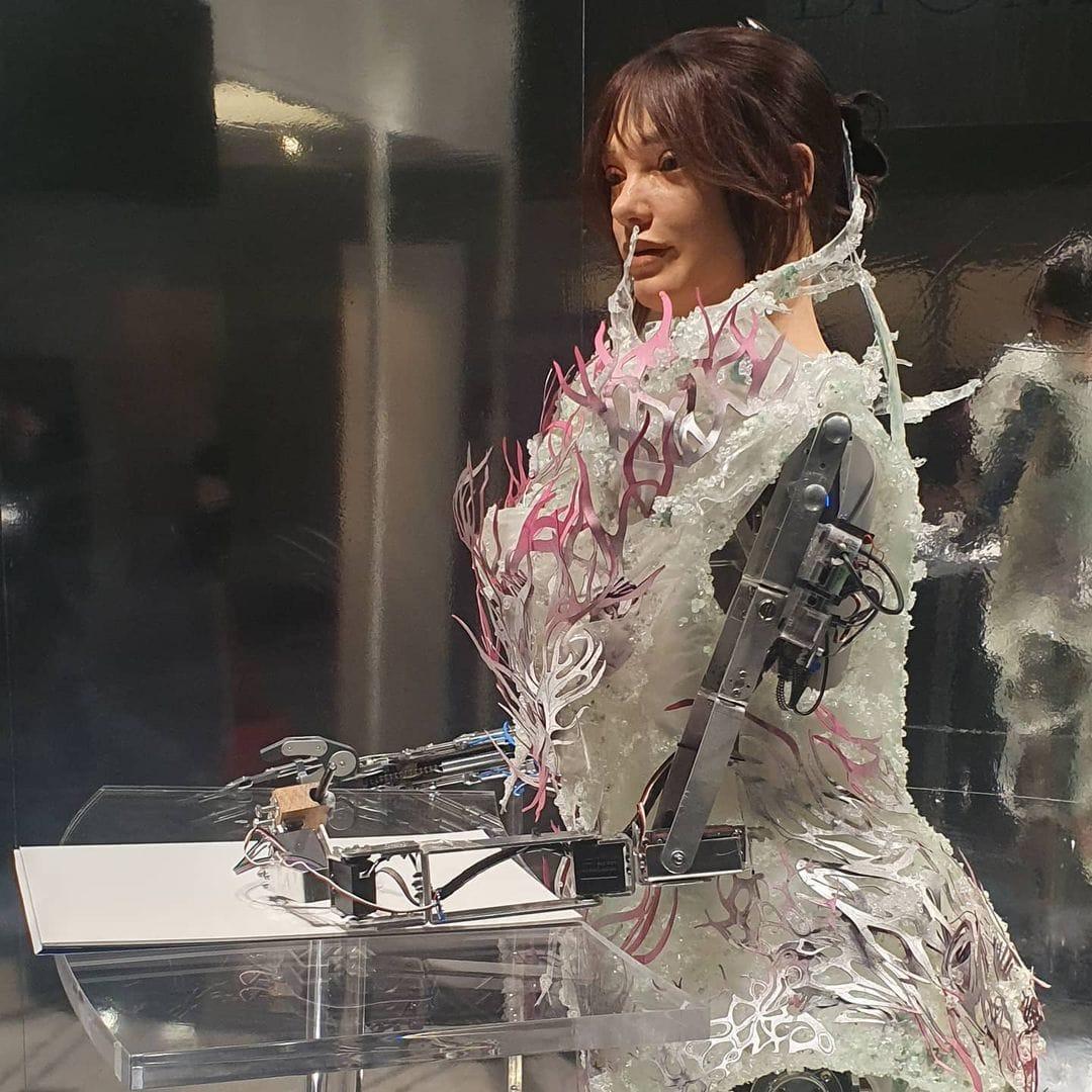 Artista de robots AIDA y AUROBOROS - alta costura de modelado de robots en VA Museum London 2021